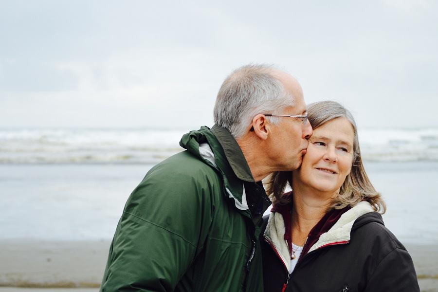 Starzenie się organizmu a wzrok - mężczyzna całuje w policzek swoją żonę